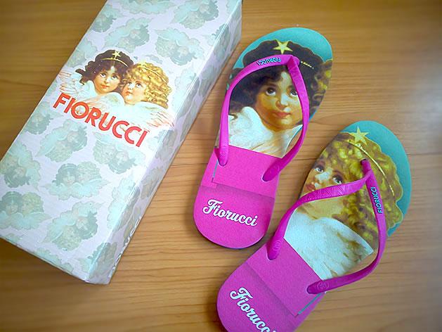 Chinelo Fiorucci e caixa também decorada com Anjos.