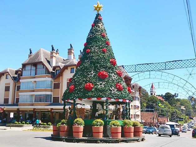 Árvore de Natal com carrossel enfeitando a rótula da Avenida Borges de Medeiros.