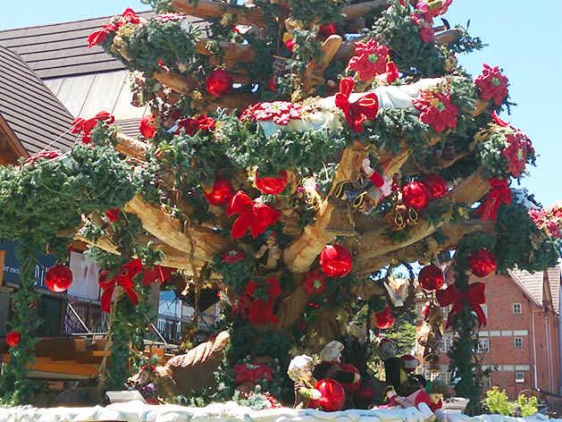 Detalhe da árvore de Natal externa, ao lado da Igreja Matriz São Pedro.