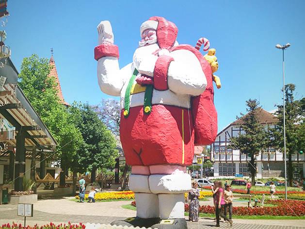 Papai Noel gigante na Praça das Flores.