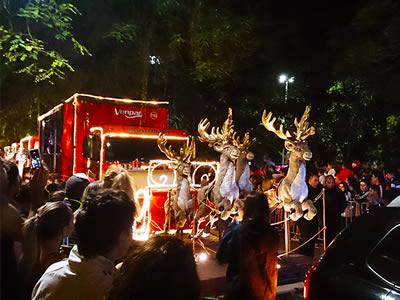 Caravana da Coca-cola e Papai Noel passam por Porto Alegre