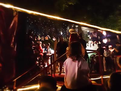 Papai Noel conversando e tirando fotos com as crianças